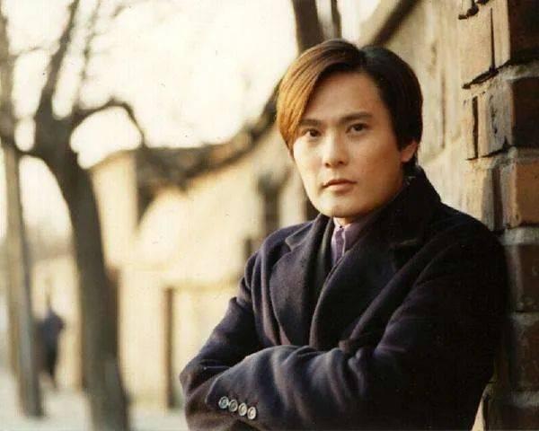 19歲那年張信哲考上了台北基督書院英文系