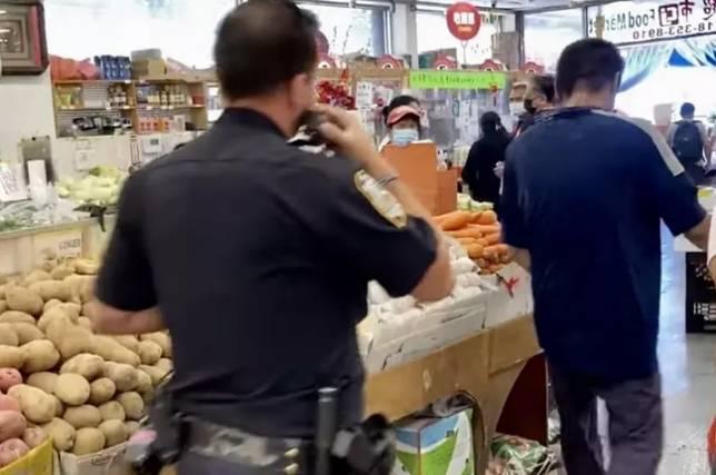 圖片:警員在長江超市內辦案版權歸原作者