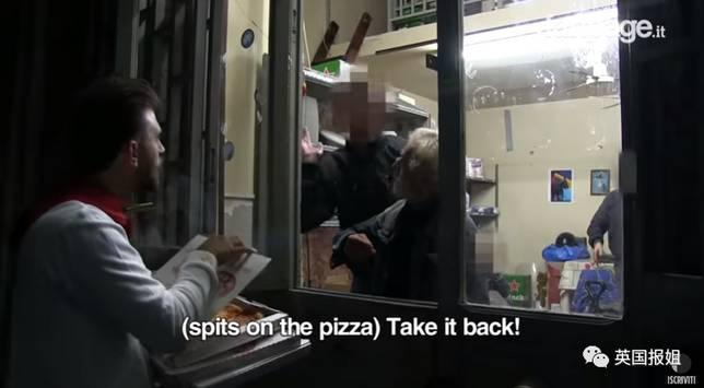 隨後披薩還慘遭大爺的口水攻擊
